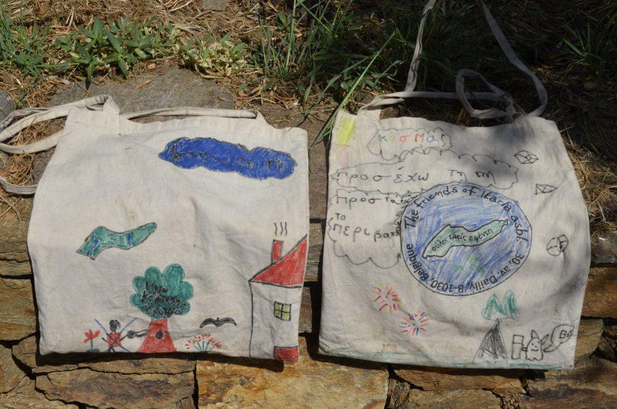250 βαμβακερές τσάντες για να μάθουν οι Ικαριώτες μαθητές για τη βιωσιμότητα.
